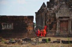 修士旅行和走在大桶Phou或Wat Phu 免版税库存照片