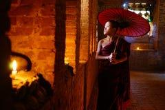 修士祈祷与蜡烛在Bagan,缅甸 免版税库存照片