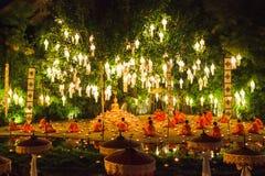 修士祈祷了在树下在Loy Krathong天 免版税库存图片