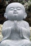 修士祈祷的雕塑 库存照片