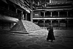 修士走Tashilompu修道院Shigaste Tibe庭院  免版税库存图片