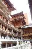 修士长袍烘干的Haniging在中国寺庙 库存照片