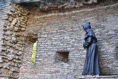 修士雕象在塔林,爱沙尼亚老镇  免版税库存图片