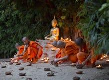 修士, Asalha Puja天- 7月30日:未认出的修士投入了candl 免版税图库摄影