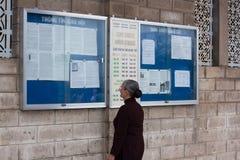 修士读了公告 免版税库存图片