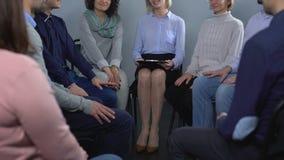 修复疗期、妇女和人谈话与女性心理学家 影视素材