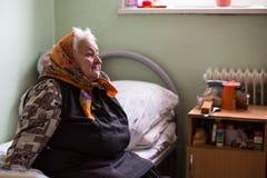 修复部门的年长妇女在福利事业的中心领抚恤金者和残疾的 库存图片