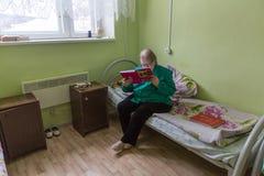 修复部门的年长妇女在福利事业的中心领抚恤金者和残疾的 免版税库存照片