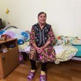 修复部门的年长妇女在福利事业的中心领抚恤金者和残疾的 库存照片