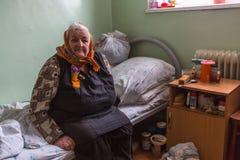 修复部门的年长妇女在福利事业的中心领抚恤金者和残疾的 图库摄影