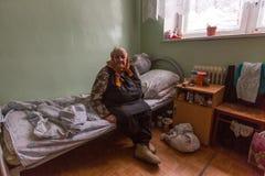 修复部门的年长妇女在福利事业的中心领抚恤金者和残疾的 免版税图库摄影