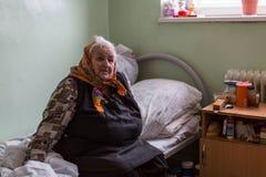 修复部门的年长妇女在福利事业的中心领抚恤金者和残疾的 免版税库存图片