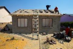 修建一个低成本房子的不同的社区成员在索韦托 免版税库存照片