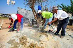 修建一个低成本房子的不同的社区成员在索韦托 库存图片