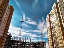 修建住宅房子的建筑用起重机 免版税库存图片