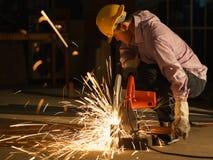 修建房子的技术员用途钢切割工具 免版税库存图片