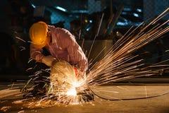 修建房子的技术员用途钢切割工具 免版税图库摄影