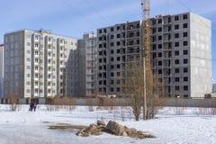 修建新的便宜的高层居民住房工地工作  免版税图库摄影