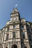 修建有魁北克的旗子的经典clocktower魁北克市加拿大晴天蓝天的 库存图片