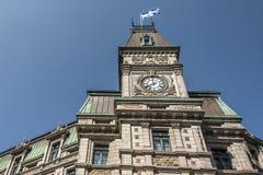 修建有魁北克的旗子的经典clocktower魁北克市加拿大晴天蓝天的 免版税库存图片