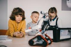 修建diy机器人词根的被聚焦的青少年的孩子 免版税库存图片