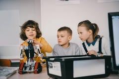 修建diy机器人词根的青少年的孩子 库存图片