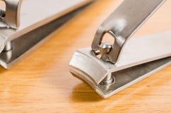 修指甲器工具在木桌上的 免版税库存图片