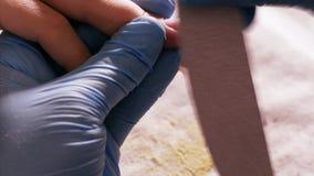 修指甲师形成客户钉子有指甲锉的 影视素材