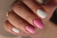 修指甲桃红色和白色颜色设计  库存图片