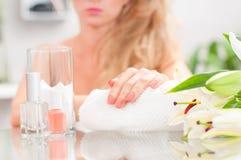 修指甲概念 美好的woman& x27; 有完善的修指甲的s手在美容院 库存照片