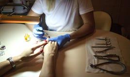 修指甲钉子在沙龙的油漆颜色 免版税库存图片