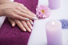 修指甲 在温泉做法以后的美丽的万寿菊 穿着考究的钉子和手 温泉和秀丽的概念 免版税库存图片
