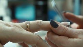 修指甲治疗,指甲油过程 影视素材