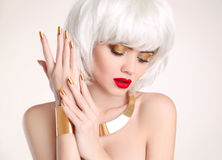 修指甲 秀丽金发碧眼的女人 白肤金发的突然移动发型 发型 库存照片