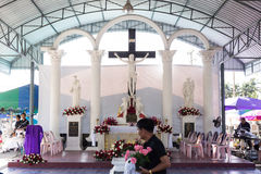 修改与在坟墓每年祝福的耶稣十字架在叻丕府,泰国 图库摄影