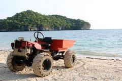 修改过的引擎适应了在海滩的一辆小卡车 免版税库存照片
