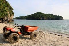 修改过的引擎适应了在海滩的一辆小卡车 免版税图库摄影