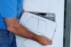 修理一个储水池在卫生间里 库存照片