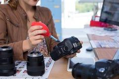 修理一台数字照相机的女性执行委员 库存图片