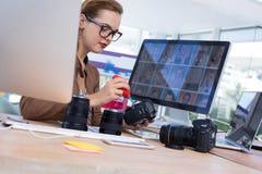 修理一台数字照相机的女性执行委员 库存照片
