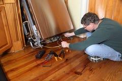 修理一种残破的洗碗机装置 图库摄影