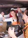 修理一辆残破的汽车的机械工 免版税图库摄影