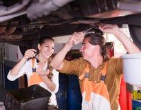 修理一辆残破的汽车的机械工 免版税库存图片