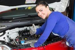 修理在车间或车库的技工一辆汽车 免版税库存照片