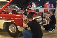 修理一辆老车 免版税图库摄影