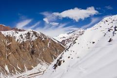 修理下雪的山岩石 库存照片