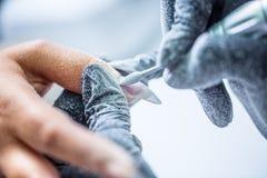 修理与一台钉子研磨机的老胶凝体钉子在钉子演播室-婆罗双树 库存图片