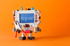 修理与滑稽的显示器头,五颜六色的减速火箭的显示的军人机器人字符 橙色背景拷贝空间 免版税库存照片