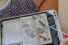 修理个人计算机的计算机技术员 免版税库存照片
