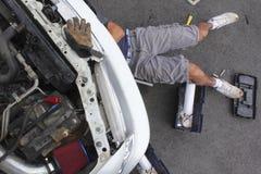 修理他的汽车的人。   库存图片
